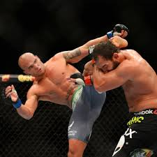 Lawler high Kick sur Hendricks