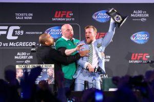 Conor McGregor vole la ceinture de Jose Aldo